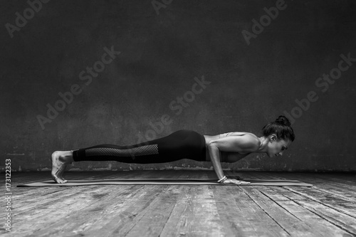 Staande foto School de yoga Young beautiful yoga female posing in studio