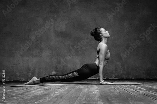 Poster Ecole de Yoga Young beautiful yoga female posing in studio