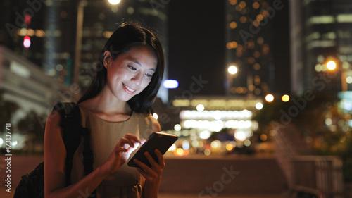 Obraz na płótnie Kobieta patrzeje telefon komórkowego