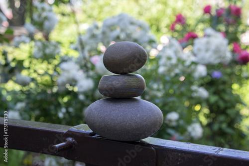 Zdjęcie XXL Harmonia i równowaga, cairns, proste kamienie pauzy w ogrodzie, rzeźba zen rock, ciemnoszare kamyki, pojedyncza wieża