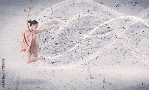 skaczaca-baletowa-tancerka-w-jasnej-sukience-z-abstrakcyjnym-tlem