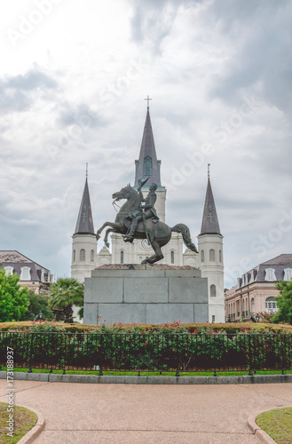 Photo  Saint Louis Cathedral and the statue of President Jackson at Jeksan Square in Ne