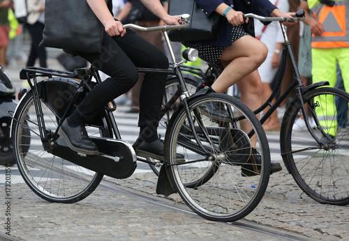 Plakat rowerzyści podczas przeprowadzki z domu do pracy w mieście