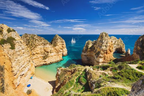 La pose en embrasure Cote Beautiful bay near Lagos town, Algarve region, Portugal
