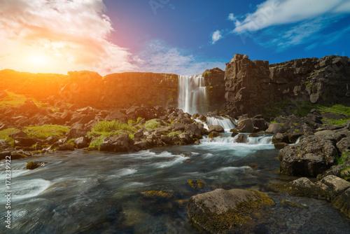 wodospad-wpadajacy-w-grzbiet-srodatlantycki-o-zachodzie-slonca-islandia