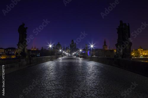 Plakat Nocne miasto. Historyczne centrum Pragi w nocy. Most Karola w nocy.