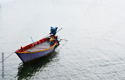 Photo Wooden boat in the river is colorful