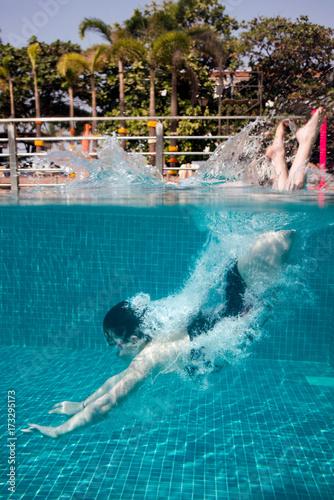 Plakat Mała dziewczynka nurkowanie w basenie z smily twarz