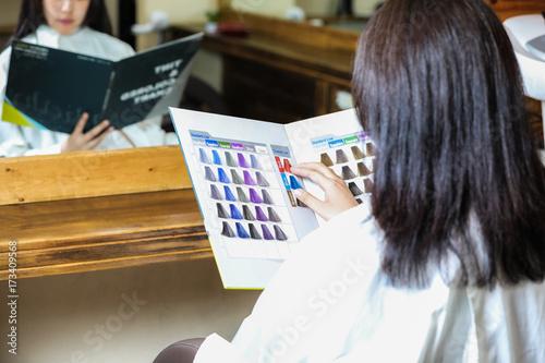 ヘアカラー見本を見る女性 Poster