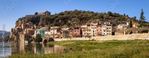 Vista general del pueblo de Miravet junto al río Ebro. Tarragona. España