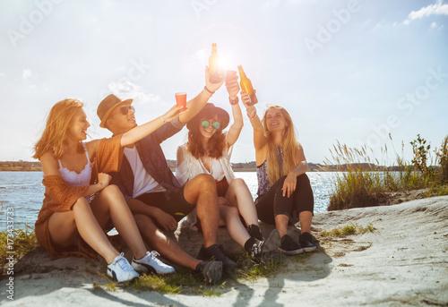 Plakat Przyjaciele zabawy i picia na plaży, pozytywny nastrój