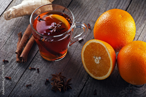 In de dag Thee hot tea with spices and oranges