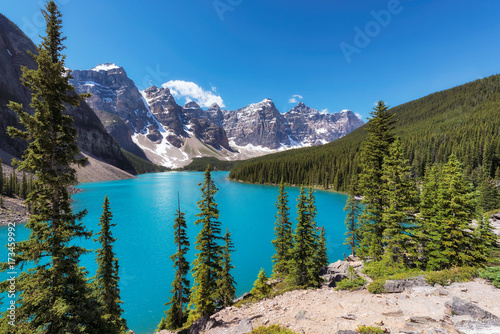 Keuken foto achterwand Meer / Vijver Beautiful turquoise waters of the Moraine lake with snow-covered peaks above it in Banff National Park, Canada.
