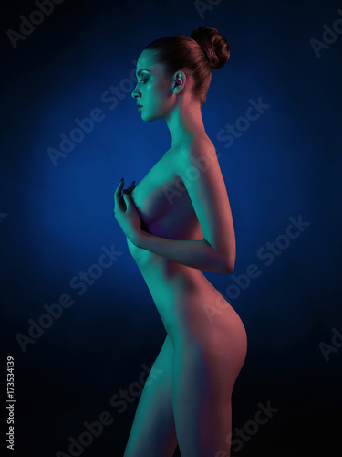 Küchenrückwand aus Glas mit Foto womenART Elegant nude model in the light colored spotlights