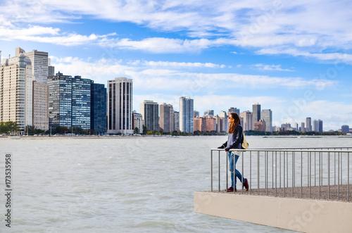 Obraz na dibondzie (fotoboard) Kobieta turystycznych podziwiając panoramę Chicago
