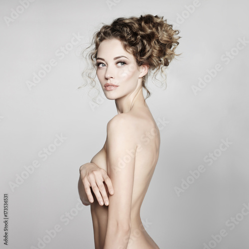 Staande foto womenART Nude woman with elegant hairstyle on gray background