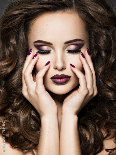 Spoed Foto op Canvas Beauty Beautiful face of woman with maroon makeup and nails
