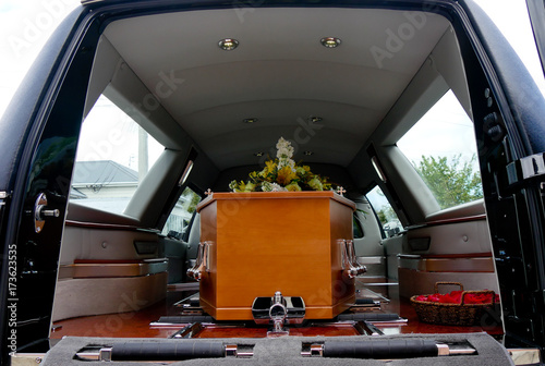 Photo  closeup shot of a colorful casket in a hearse or chapel before funeral or burial