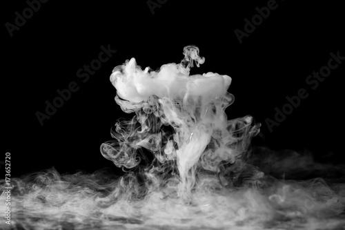 Photo  Closeup wine glass with fog at dark background