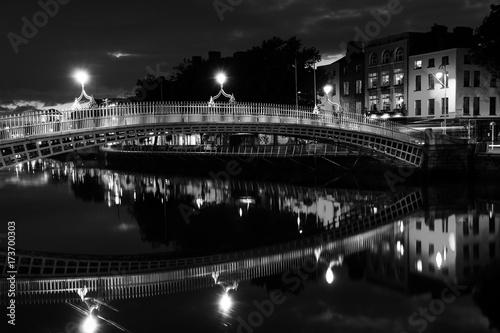 Obraz na dibondzie (fotoboard) Ha Penny most w Dublin, Irlandia przy nocą. Czarny i biały