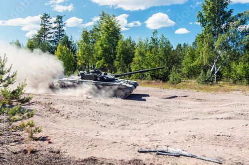 Plakat Główny czołg bojowy będzie lał się po ziemi w lesie, by wykonywać ćwiczenia wojskowe