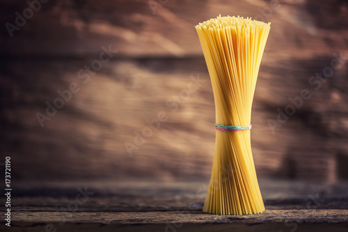 Foto Spaghetti. Pasta spaghetti on rustic wooden background