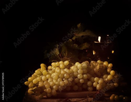 dojrzale-winogrona-na-czarnym-tle