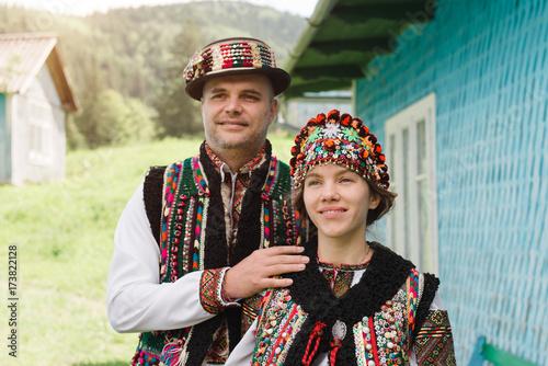 Fotografia  Couple in traditional ukrainian clothes in the Carpathians