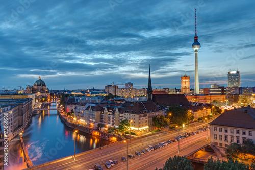 Zdjęcie XXL Centrum Berlina ze słynną wieżą telewizyjną w nocy