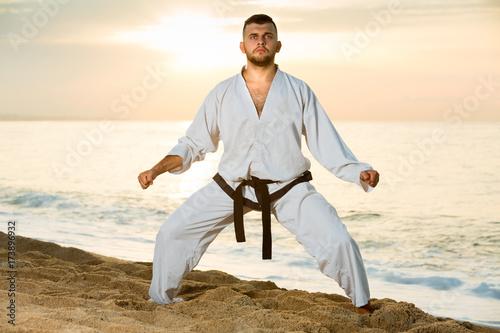 Fotografia Young sportsman is training the Shiko-dachi stance