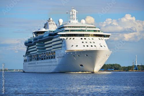 Plakat Duży statek wycieczkowy opuszcza port Rige na pogodnym letnim dniu