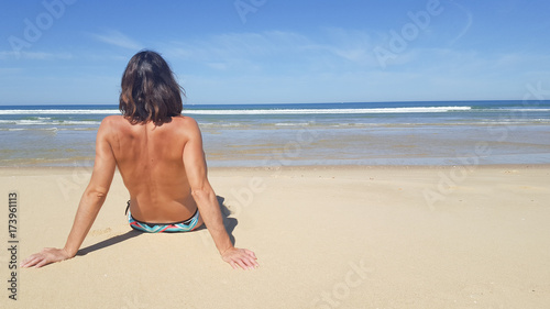 Plakat Portret młoda atrakcyjna kobieta ma dobrego czas w plaży
