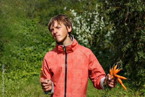 Plakat Młody człowiek je marchewki