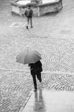 Personnes Marchant Sous La Pluie Sur Une Place Pavée à Mulhouse Avec Un Parapluie
