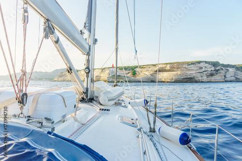 Plakat jacht w pobliżu wyspy Sardynia