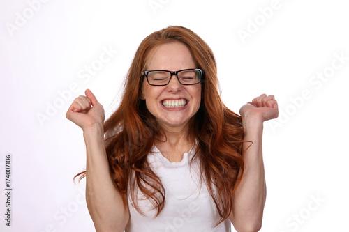 Fotografie, Obraz Hübsche rothaarige Frau mit Brille freut sich