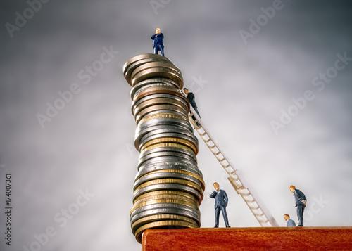 Fotografía  Stapel mit Münzen am Abgrund