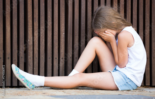 Photo alone worried girl