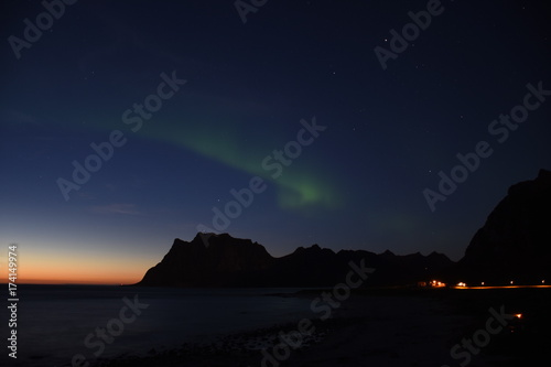 Foto op Aluminium Snoeien Aurora Borealis, Nordlicht, Polarlicht, Erdmagnetosphäre, grün, Schimmer, Atmosphäre, Norwegen, Uttakleiv