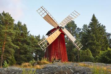 Starinska tradicionalna drvena vjetrenjača u Finskoj. Slikovito finsko selo