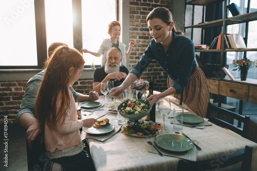 Photo  woman serving salad
