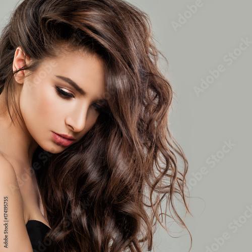 Plakat Sexy piękna kobieta moda model z doskonałą fryzurę i makijaż. Piękna brunetka