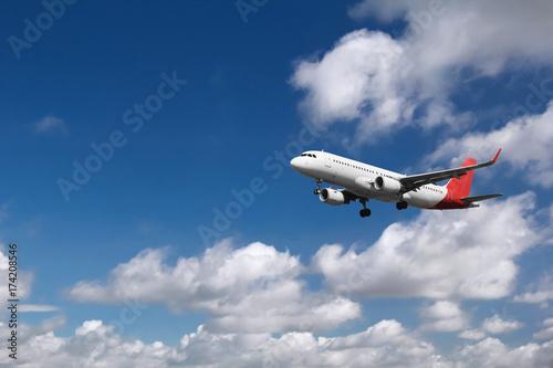 Zdjęcie XXL Samolot zbliża się przy lotniskiem, z chmurnym tłem