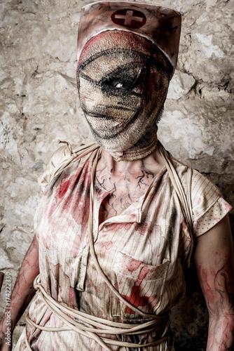 Plakat Dziewczyna przebrana za pielęgniarkę zombie