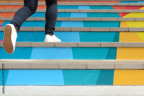 Niska część nastoletnia dziewczyna chodzi up plenerowego kolorowego schodek w przypadkowym bucie, nastoletniego stylu życia pomyślny pojęcie