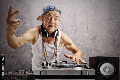 Fotografia  Elderly DJ making a peace sign