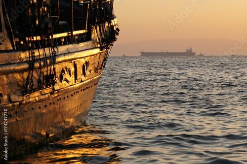 Ausflugsschiff und Tanker im Hafen von Thessaloniki Poster