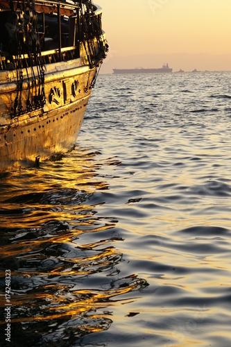 Photo  Segelschiff und Tanker in Thessaloniki bei Sonnenuntergang