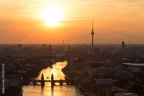 Staande foto Berlijn Guten Abend Berlin Sonnenuntergang über der Spree