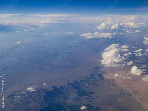 Plakat Widok z lotu ptaka góry krajobraz, widok od nadokiennego siedzenia w samolocie